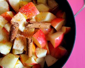 apple-crumble vegan-apple-crummble glutenfrei-crumble ayurveda-dessert rolling tiger copyright by julia-wunderlich